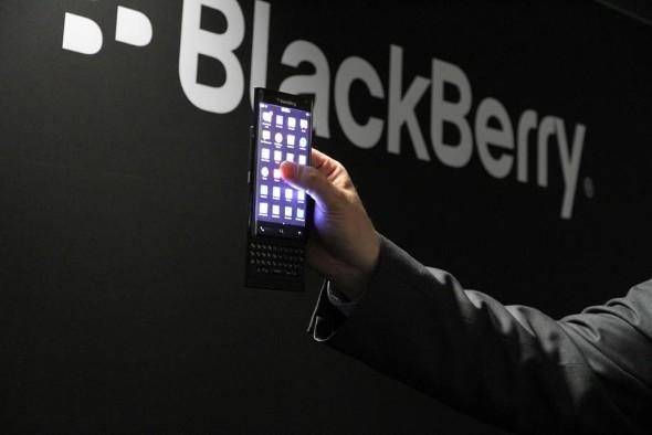 黑莓在2015年MWC挑选了一块弯曲的屏幕滑块